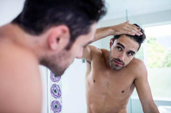 Polacy tracąc włosy tracą głowę Psychologia, LIFESTYLE - Dla ponad 1/3 Polaków pierwsze oznaki łysienia wiążą się poczuciem bezradności. Nieco mniej z nich odczuwa smutek. Rozżalenie, strach i gniew - to kolejne emocje, jakie deklarują łysiejący panowie.