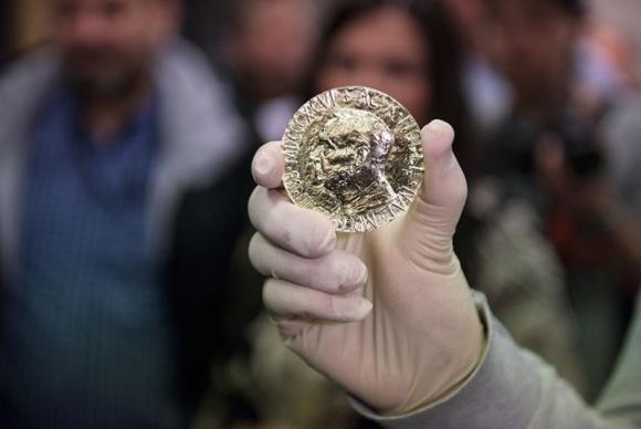 Pokojowa Nagroda Nobla podwójnym zwycięstwem Kolumbii Problemy społeczne, BIZNES - 10 grudnia 2016 w Oslo odbyła się uroczysta gala wręczenia Pokojowej Nagrody Nobla. Tym razem nagroda trafiła do prezydenta Kolumbii – Juana Manuela Santosa. Zgodnie z zapoczątkowanym rok temu zwyczajem, zwycięzca otrzymał medal wykonany ze złota certyfikowanej jakości Fairmined.