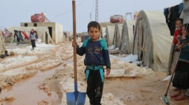 Osoby ewakuowane ze wschodniego Aleppo potrzebują natychmiastowej pomocy Problemy społeczne, BIZNES - Ewakuacja wschodniego Aleppo została zakończona. Przy pomocy ponad 1000 autokarów i ciężarówek udało się ewakuować niemal 50 000 osób. Wraz z przyjściem zimy potrzebują one natychmiastowej pomocy humanitarnej.