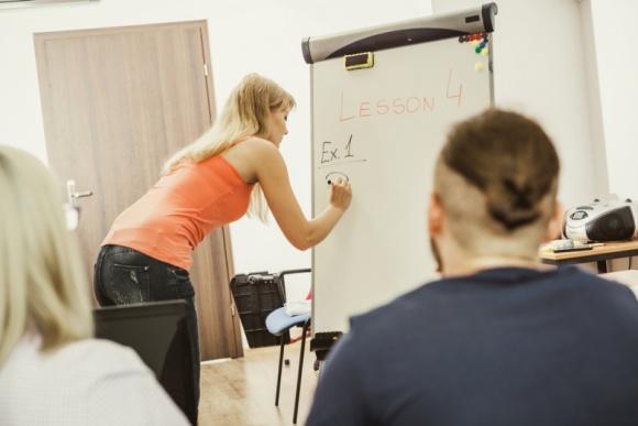 20 000 rodzin ze Szlachetnej Paczki otrzyma bezpłatne kursy Problemy społeczne, BIZNES - Nauka języków obcych, kursy informatyczne i księgowe, szycie i projektowanie – to obecnie najpopularniejsze szkolenia dla osób, które chcą kształcić się na własną rękę.