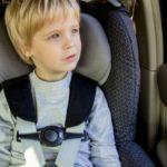Jak przetrwać z dzieckiem podróż w aucie? Pomogą specjalne akcesoria