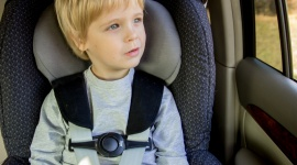 Jak przetrwać z dzieckiem podróż w aucie? Pomogą specjalne akcesoria Problemy społeczne, BIZNES - Nastały ferie zimowe, czyli czas dalszych wyjazdów.
