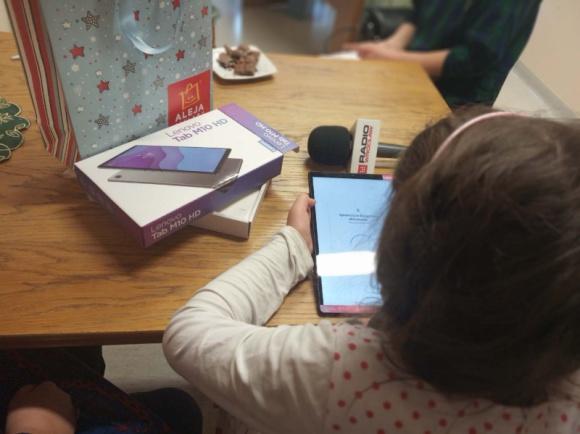 """Zdalny zdolny uczeń – świąteczna akcja społeczna Alei Bielany i Radia Wrocław Problemy społeczne, BIZNES - W czasach epidemii brak dostępu do narzędzi digitalowych oznacza wyłączenie z edukacji. Aleja Bielany z Radiem Wrocław rozpoczęła akcję """"Zdalny Zdolny uczeń"""", wspierającą dzieci z niezamożnych rodzin."""